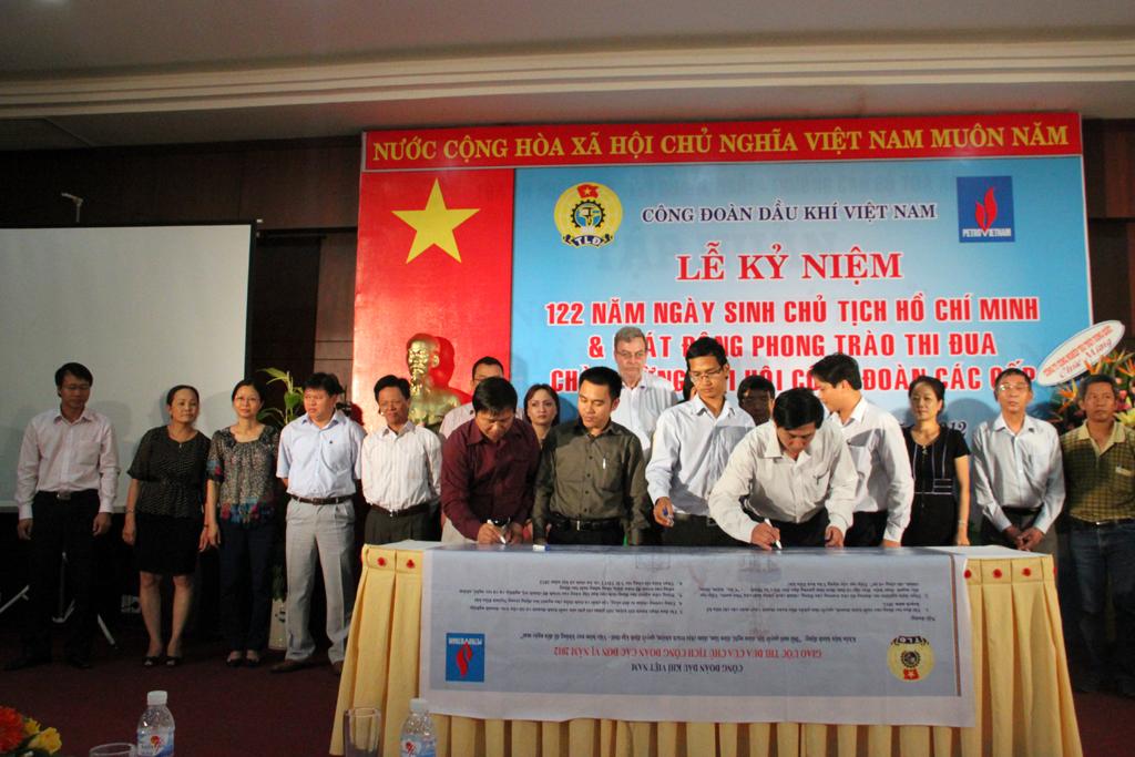 Đ/C Nguyễn Tiến Hùng Ủy Viên Btv Công Đoàn Tổng Công Ty Cp Xây Lắp Dầy Khí  Việt Nam Ký Giao Ước Thi Đua